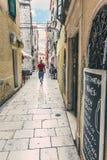 SIBENIK, Croácia-maio 26,2017: Vista cênico em ruas estreitas mediterrâneas e arquitetura tradicional histórica na Croácia Foto de Stock
