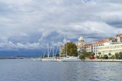 Sibenik, Croácia, o 10 de outubro de 2017, céu nebuloso sobre a cidade, dia morno agradável do outono no mar de adriático Imagem de Stock Royalty Free