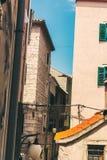 SIBENIK, Croatie-mai 26,2017 : Vue scénique aux rues étroites méditerranéennes et architecture traditionnelle historique en Croat Photographie stock libre de droits