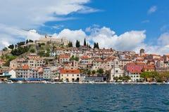 Sibenik, de mening van Kroatië van het overzees Stock Afbeelding