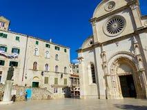 Sibenik i Kroatien och domkyrka av St James Sv Jakov royaltyfri fotografi