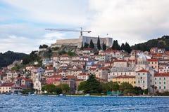 Sibenik, Kroatien-Ansicht vom Meer Lizenzfreie Stockbilder