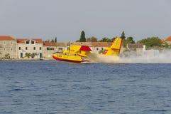SIBENIK KROATIEN, Augusti 6 2012 - waterbomber Royaltyfria Bilder