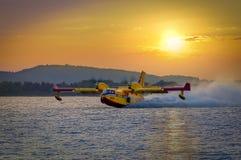SIBENIK KROATIEN, Augusti 6 2012 - waterbomber Arkivfoto