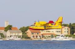 SIBENIK KROATIEN, Augusti 6 2012 - waterbomber Royaltyfri Fotografi