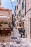 SIBENIK Kroatien-Maj 26,2017: Scenisk sikt på medelhavs- smala gator och historisk traditionell arkitektur i Kroatien Fotografering för Bildbyråer