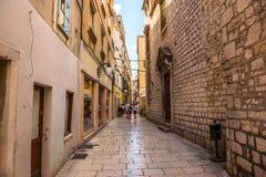 SIBENIK Kroatien-Maj 26,2017: Scenisk sikt på medelhavs- smala gator och historisk traditionell arkitektur i Kroatien Royaltyfri Bild