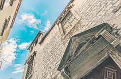 SIBENIK Kroatien-Maj 26,2017: Scenisk sikt på medelhavs- smala gator och historisk traditionell arkitektur i Kroatien Arkivfoton