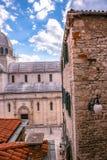 SIBENIK Kroatien-Maj 26,2017: Scenisk sikt på medelhavs- smala gator och historisk traditionell arkitektur i Kroatien Royaltyfria Foton