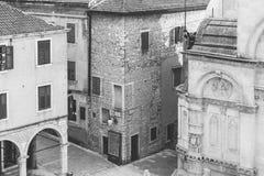 SIBENIK Kroatien-Maj 26,2017: Scenisk sikt på medelhavs- smala gator och historisk traditionell arkitektur i Kroatien Royaltyfri Fotografi