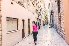 SIBENIK Kroatien-Maj 26,2017: Scenisk sikt på medelhavs- smala gator och historisk traditionell arkitektur i Kroatien Arkivbilder