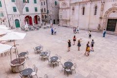 SIBENIK Kroatien-Maj 26,2017: Scenisk sikt på medelhavs- smala gator och historisk traditionell arkitektur i Kroatien Arkivbild
