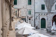 SIBENIK Kroatien-Maj 26,2017: Scenisk sikt på medelhavs- smala gator och historisk traditionell arkitektur i Kroatien Royaltyfria Bilder