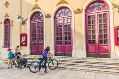 SIBENIK Kroatien-Maj 26,2017: Scenisk sikt på medelhavs- smala gator och historisk traditionell arkitektur i Kroatien Royaltyfri Foto