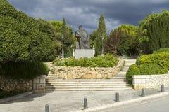 ` Sibenik, Kroatien, Oktober 10 2017, staty parkerar in och molnig himmel, trevlig varm höstdag Royaltyfri Bild