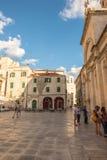 SIBENIK, maj 26,2017: Sceniczny widok przy śródziemnomorskimi wąskimi ulicami i historyczna tradycyjna architektura w Chorwacja,  Zdjęcie Royalty Free