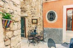 SIBENIK, maj 26,2017: Sceniczny widok przy śródziemnomorskimi wąskimi ulicami i historyczna tradycyjna architektura w Chorwacja,  Obrazy Royalty Free