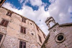 SIBENIK, maj 26,2017: Sceniczny widok przy śródziemnomorskimi wąskimi ulicami i historyczna tradycyjna architektura w Chorwacja,  Obrazy Stock