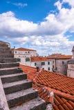 SIBENIK, maj 26,2017: Sceniczny widok przy śródziemnomorskimi wąskimi ulicami i historyczna tradycyjna architektura w Chorwacja,  Fotografia Royalty Free