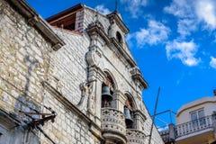 SIBENIK, maj 26,2017: Sceniczny widok przy śródziemnomorskimi wąskimi ulicami i historyczna tradycyjna architektura w Chorwacja,  Zdjęcia Stock