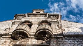 SIBENIK, maj 26,2017: Sceniczny widok przy śródziemnomorskimi wąskimi ulicami i historyczna tradycyjna architektura w Chorwacja,  Zdjęcie Stock