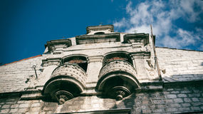 SIBENIK, maj 26,2017: Sceniczny widok przy śródziemnomorskimi wąskimi ulicami i historyczna tradycyjna architektura w Chorwacja,  Fotografia Stock