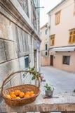 SIBENIK, maj 26,2017: Sceniczny widok przy śródziemnomorskimi wąskimi ulicami i historyczna tradycyjna architektura w Chorwacja,  Zdjęcia Royalty Free