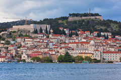 Sibenik, opinião da Croácia do mar Foto de Stock Royalty Free
