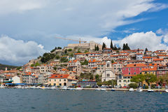 Sibenik, opinión de Croacia del mar Imagen de archivo