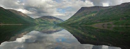 Siberië. De oppervlakte van de spiegel van meer Dyupkun. Panorama. stock afbeelding