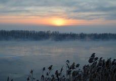 Siberian flod på solnedgången royaltyfri fotografi