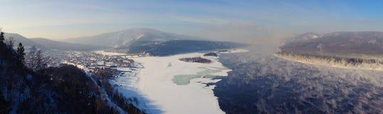 Siberian floder Yenisei med Mana Royaltyfri Bild