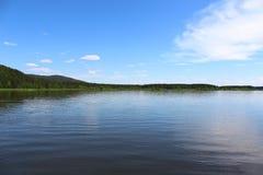 Siberian landskap, flod Kan Arkivbilder