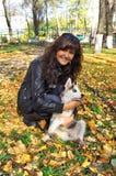 Siberian skrovligt för ung kvinna och för liten hund Royaltyfri Foto
