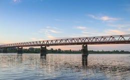 Siberian sommarsolnedgång stad vid för den Tom floden, Novokuznetsk arkivfoto