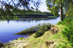 Siberisch landschap, ochtend op de noordelijke rivier royalty-vrije stock afbeelding