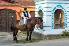 SIBIEL, TRANSYLVANIA/ROMANIA - 16 DE SEPTIEMBRE: Hombre joven en tradi fotos de archivo