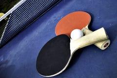 Sibile o azul de céu da esfera do pong da pá e do sibilo do tênis de Pong Imagens de Stock Royalty Free