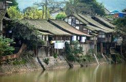 Sibilo Le, China: Casas velhas do rio Imagens de Stock