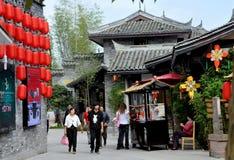 Sibilo Le, China: Lanternas vermelhas e casas clássicas Imagem de Stock
