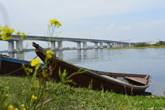 Sibirien Irkutsk bro till och med Angara, Augusti 2016 Arkivbild