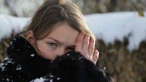 Sibirischer Junge mit einem strengen Gesicht stock video footage