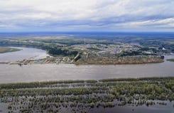 Sibirisches Dorf auf den Banken der Flut des Flusses im Frühjahr Lizenzfreies Stockbild
