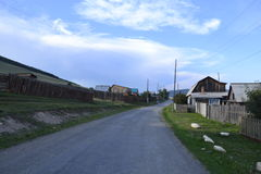 Sibirisches Dorf nahe Irkutsk auf Sommer Stockfotografie