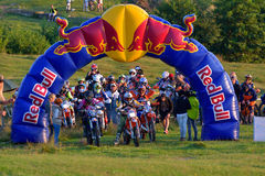 SIBIU, ΡΟΥΜΑΝΙΑ - 18 ΙΟΥΛΊΟΥ: Άγνωστος ανταγωνισμός στη σκληρή Enduro συνάθροιση του Red Bull ROMANIACS με μια μοτοσικλέτα KTM 30 Στοκ Εικόνες