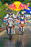 SIBIU, ΡΟΥΜΑΝΙΑ - 18 ΙΟΥΛΊΟΥ: Άσπρος ανταγωνισμός Findlay στη σκληρή Enduro συνάθροιση του Red Bull ROMANIACS με μια μοτοσικλέτα  Στοκ εικόνες με δικαίωμα ελεύθερης χρήσης