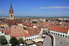 Sibiu - evangelist Cathedral och bästa sikt för tak arkivfoton