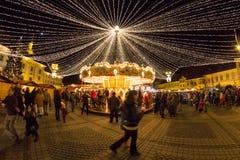 24 SIBIU Grudzień 2014, RUMUNIA Bożonarodzeniowe światła, Bożenarodzeniowy jarmark, nastrój i ludzie chodzić, Fotografia Royalty Free