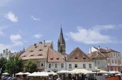 Sibiu Juni 16: Historiska byggnader från liten fyrkant av Sibiu i Rumänien Arkivfoton
