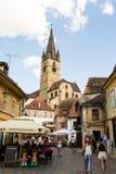 Sibiu - la Roumanie, le 18 juillet 2017 : Les gens au centre de la ville Images stock